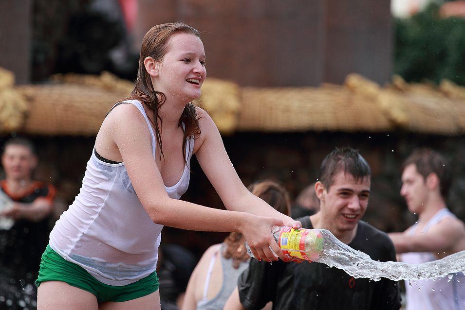 【※朗報】ロシアの水掛けのお祭り、余裕でヌケる問題・・・(画像39枚)・7枚目