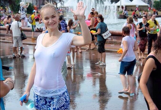 【※朗報】ロシアの水掛けのお祭り、余裕でヌケる問題・・・(画像39枚)・8枚目
