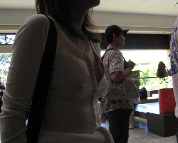 【乳首ぽっち】ビーチクの形がハッキリ分かる女性たちの画像まとめ。(47枚)・5枚目