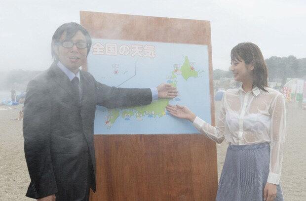 【画像あり】台風中継の女子アナさん、ビショ濡れでブラが透けすぎwwwwwwww・1枚目