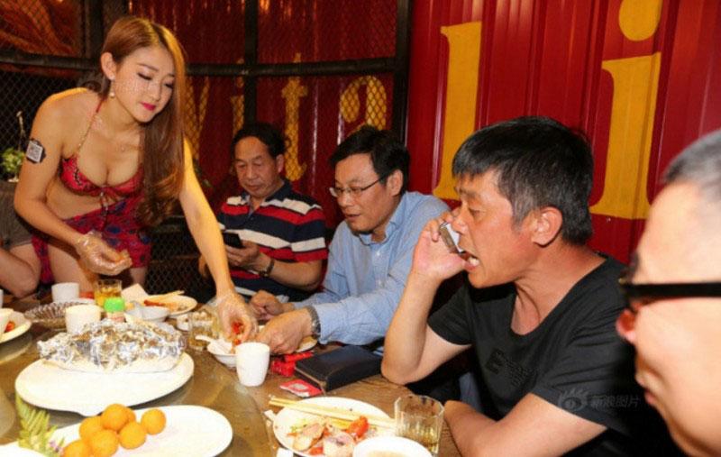 【画像あり】儲ける為に何でもヤル中国さんセクシー居酒屋を開店する。これは行きたいわwwwwww・1枚目