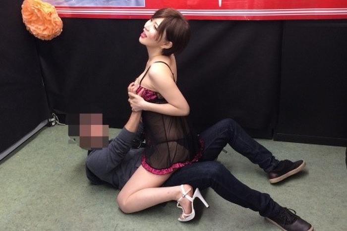 【衝撃】セクシー女優の握手会、ガチで風俗みたいでワロタwwwwwww(画像あり)・14枚目