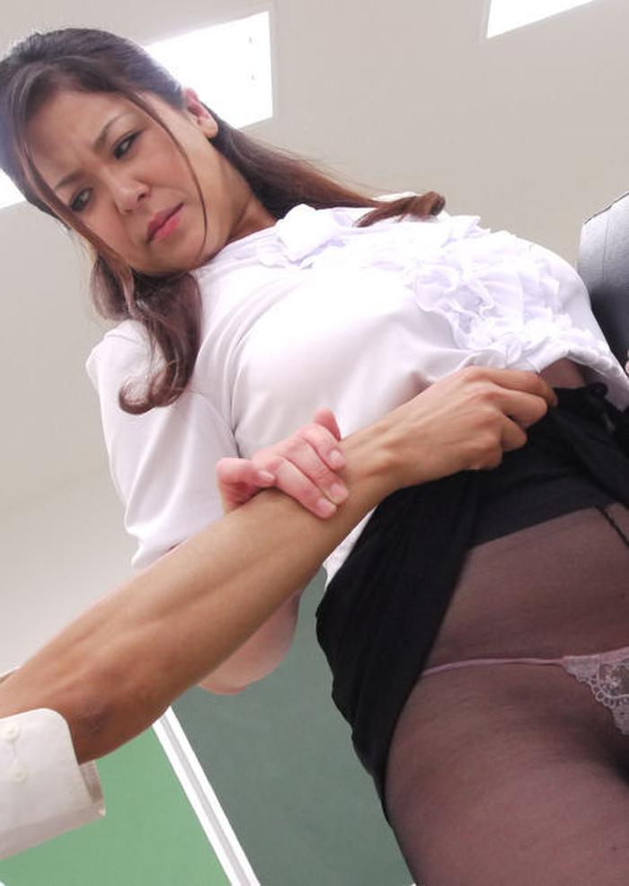 【イタズラ】ガチでスカート捲りされた女の子、その瞬間を撮影され晒されるwwwwww(画像あり)・18枚目