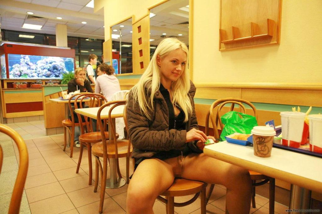 【エロ画像】海外在住のワイ、マックに痴女がいたから撮影したったwwwwww・3枚目