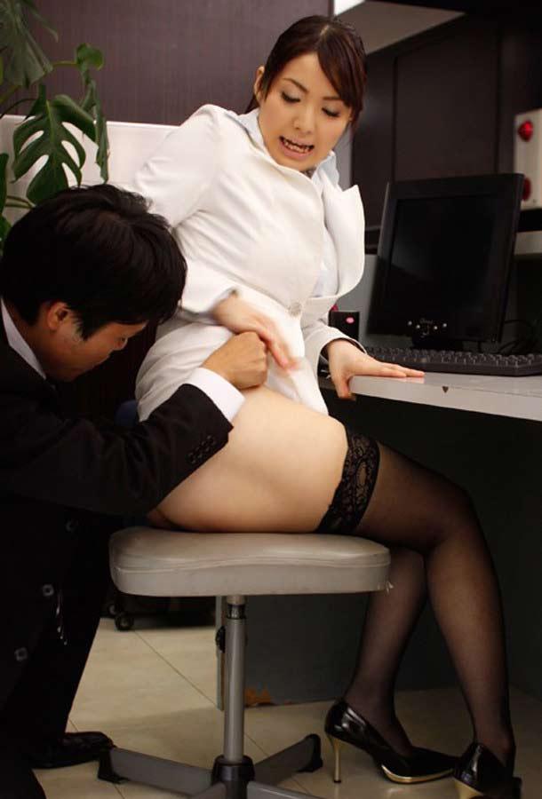 【イタズラ】ガチでスカート捲りされた女の子、その瞬間を撮影され晒されるwwwwww(画像あり)・2枚目