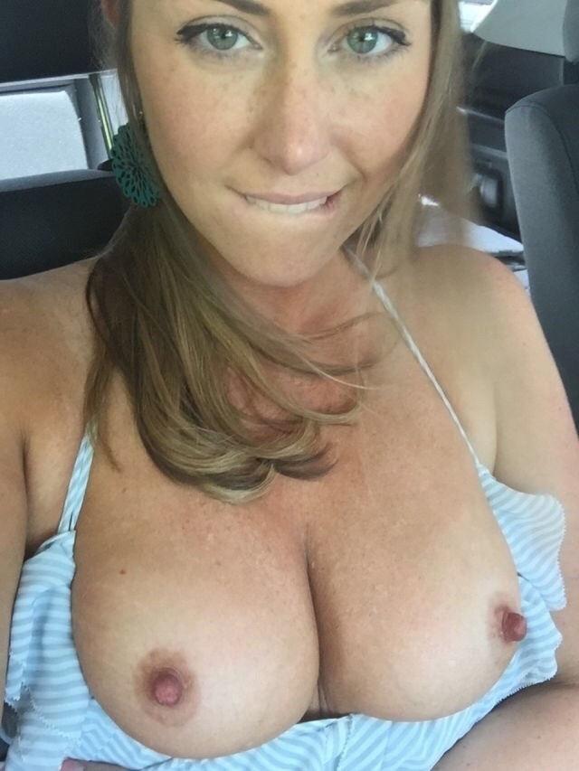 【露出狂】控えめなビッチ女さん車の中でおっぱいを放り出すwwwwwww(画像あり)・21枚目