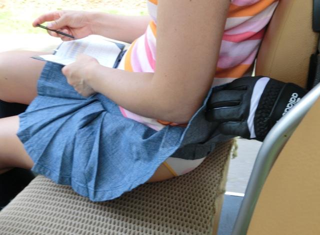 【イタズラ】ガチでスカート捲りされた女の子、その瞬間を撮影され晒されるwwwwww(画像あり)・23枚目