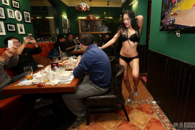 【画像あり】儲ける為に何でもヤル中国さんセクシー居酒屋を開店する。これは行きたいわwwwwww・23枚目