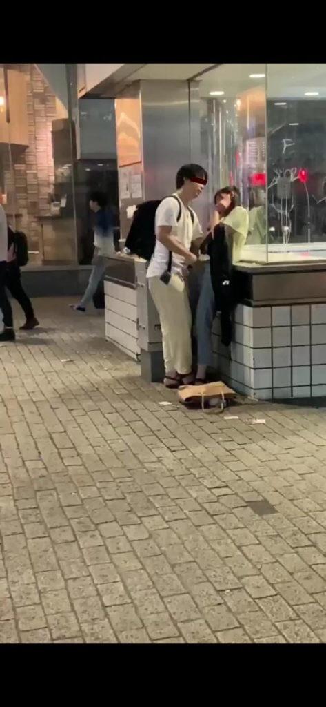"""【素人】渋谷のド真ん中で""""手マン""""してるバカップルが撮影される。(GIF・動画)・3枚目"""