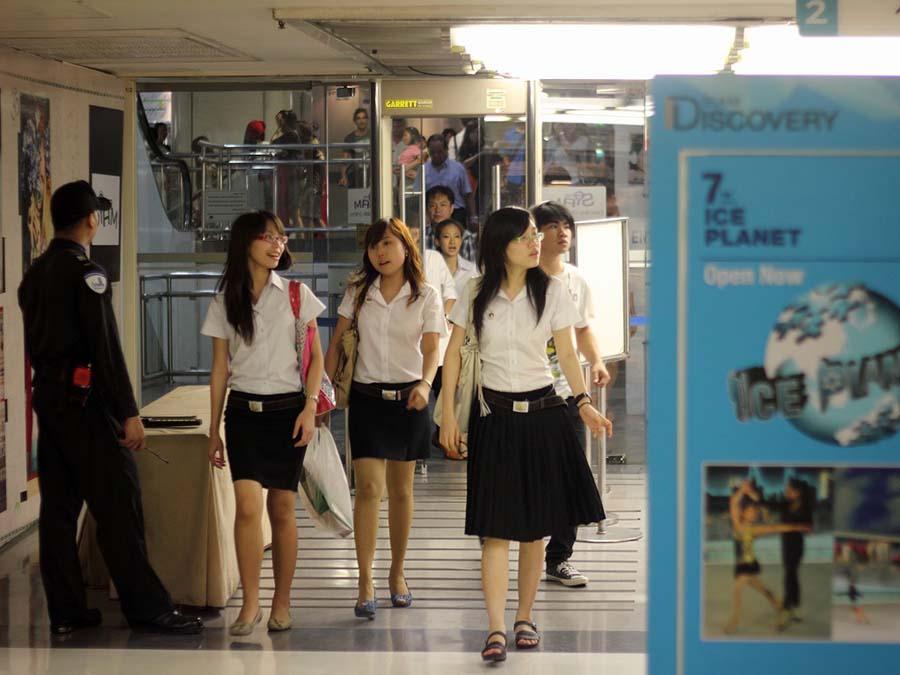 【画像あり】タイの女子学生の制服がエロい画像まとめ。これ男じゃないよね??・28枚目