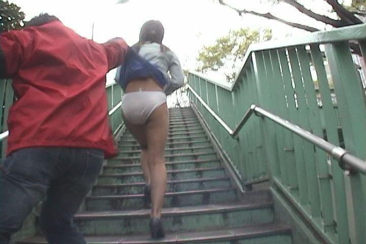 【イタズラ】ガチでスカート捲りされた女の子、その瞬間を撮影され晒されるwwwwww(画像あり)・31枚目