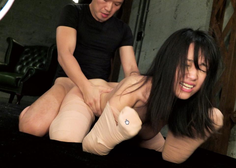 """【エロ画像】手足をガチガチに縛られ""""ダルマ""""にされたまんさん。。(画像あり)・5枚目"""