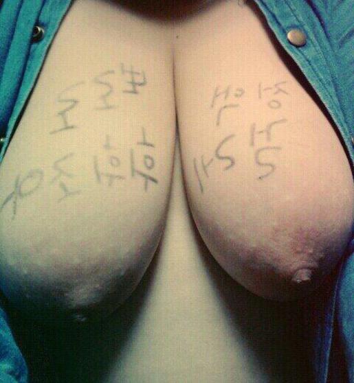 """【素人】身体中に卑猥すぎる""""言葉""""を書かれた韓国女子。ただ全く読めんwwwww・8枚目"""