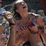 """ガチで""""おっぱい""""揉み放題のスペインのサン・フェルミン祭とかいうイベントwwwww(画像あり)"""