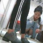 【盗撮】中国人女子さん、トイレの欠点を利用されガッツリ撮られる。。(36枚)
