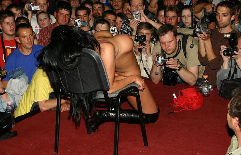 【ストリップ】ステージで全裸の女を撮影するカメラ小僧を撮影した画像まとめwwwww・1枚目
