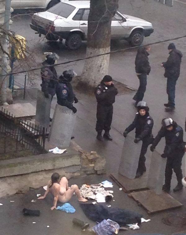 ウクライナで女が街中でオナニー披露して特殊部隊が出動するwwwwwwww(画像あり)・2枚目