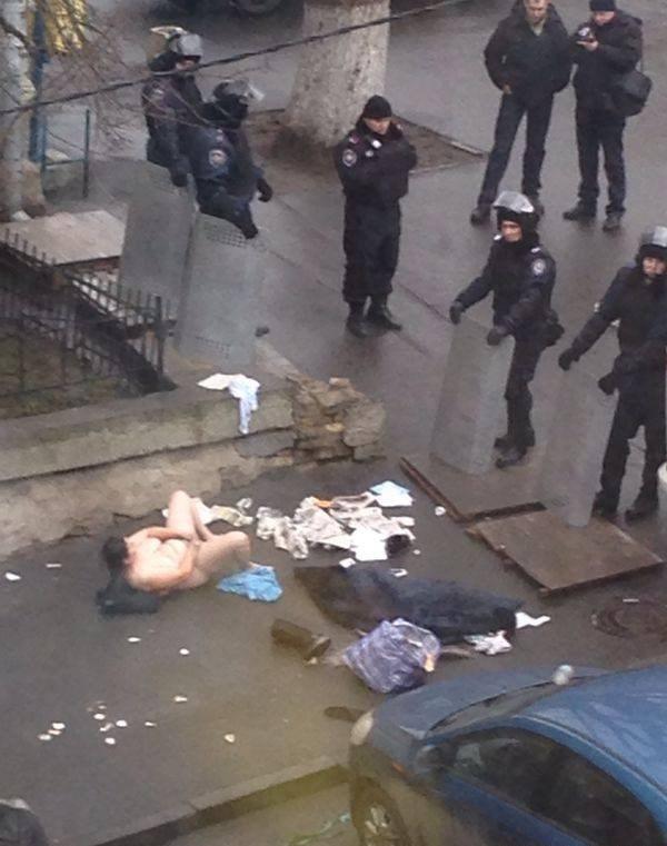 ウクライナで女が街中でオナニー披露して特殊部隊が出動するwwwwwwww(画像あり)・4枚目