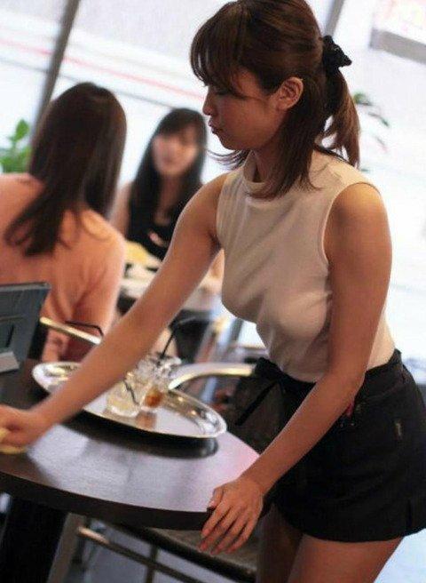 【画像あり】ノーブラ店員がいる噂のカフェに行った結果。ガチやったwwwwwww・1枚目