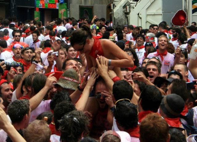 """ガチで""""おっぱい""""揉み放題のスペインのサン・フェルミン祭とかいうイベントwwwww(画像あり)・10枚目"""
