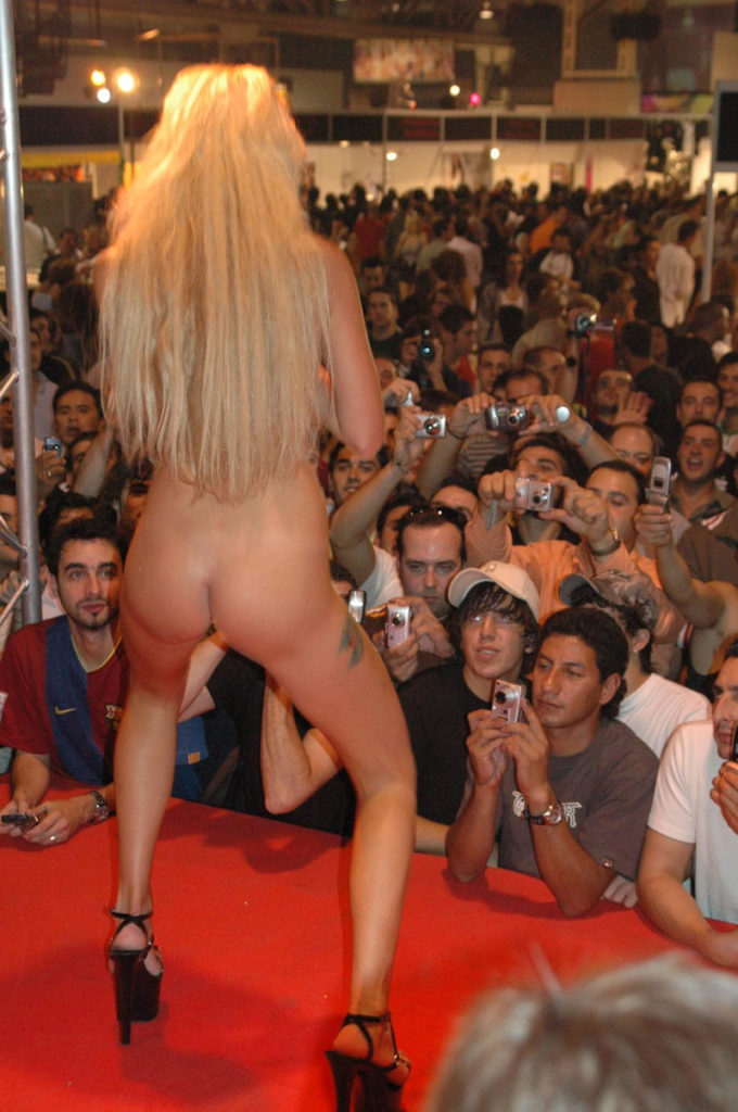 【ストリップ】ステージで全裸の女を撮影するカメラ小僧を撮影した画像まとめwwwww・2枚目