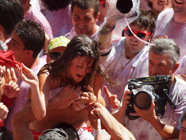 """ガチで""""おっぱい""""揉み放題のスペインのサン・フェルミン祭とかいうイベントwwwww(画像あり)・2枚目"""