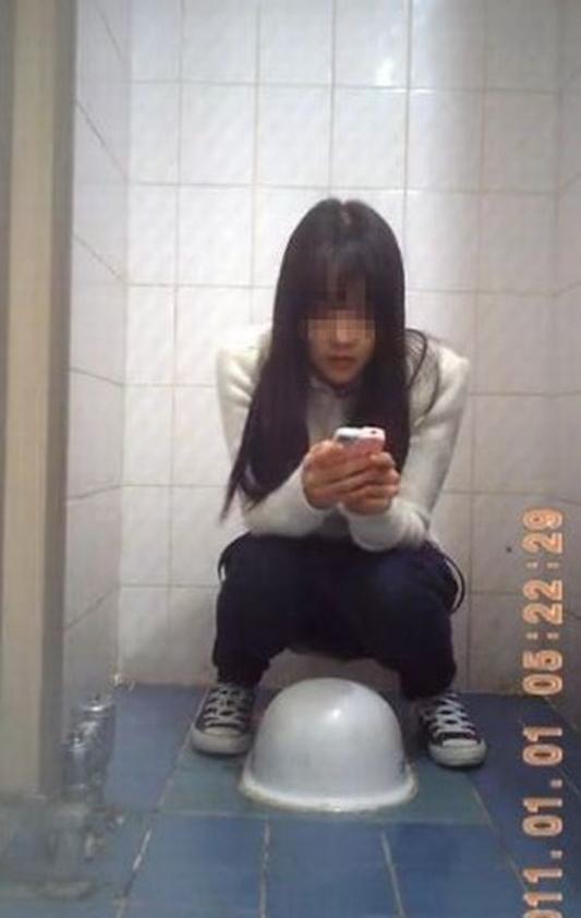 【盗撮】中国人女子さん、トイレの欠点を利用されガッツリ撮られる。。(36枚)・2枚目