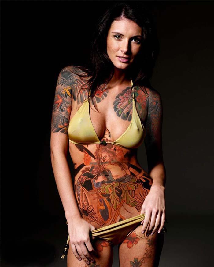 【エロ画像】ヤクザの女?ガッツリ和彫りが入った全裸まんさんをご覧くださいwwwwww・2枚目