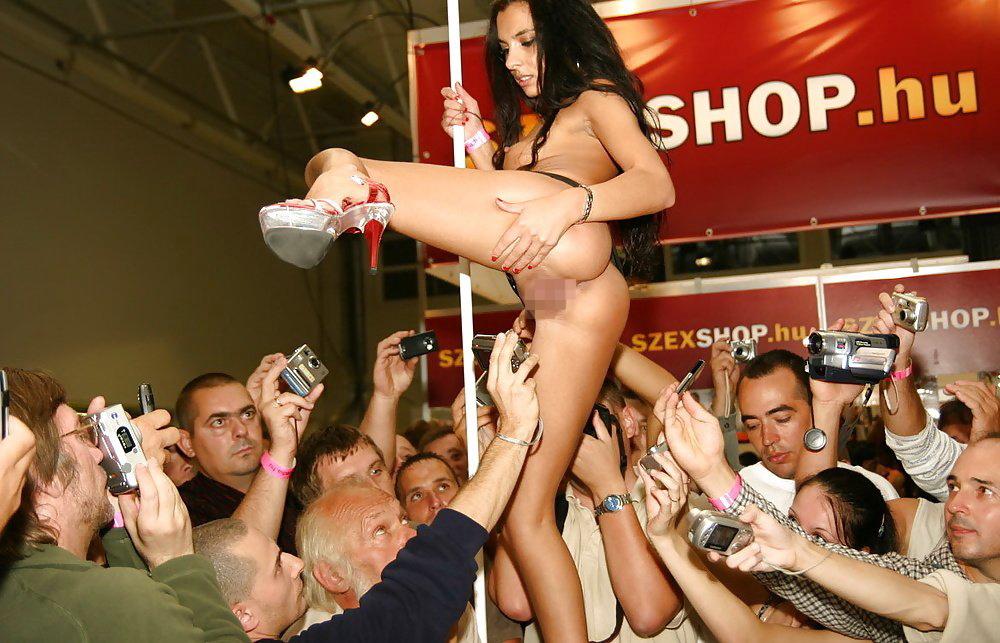 【ストリップ】ステージで全裸の女を撮影するカメラ小僧を撮影した画像まとめwwwww・22枚目