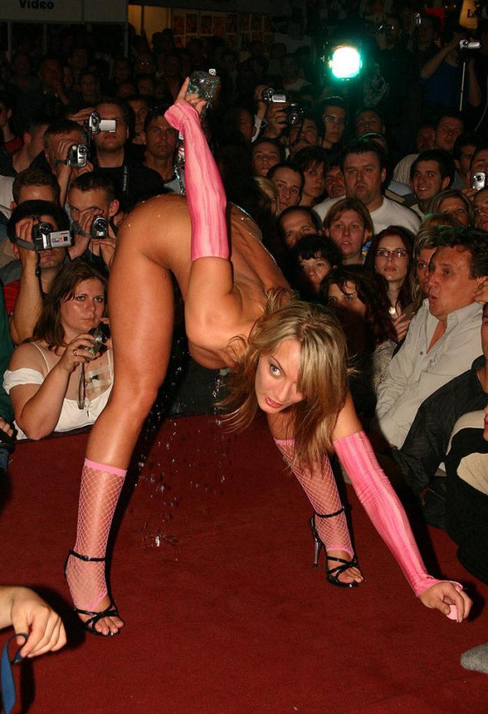 【ストリップ】ステージで全裸の女を撮影するカメラ小僧を撮影した画像まとめwwwww・23枚目