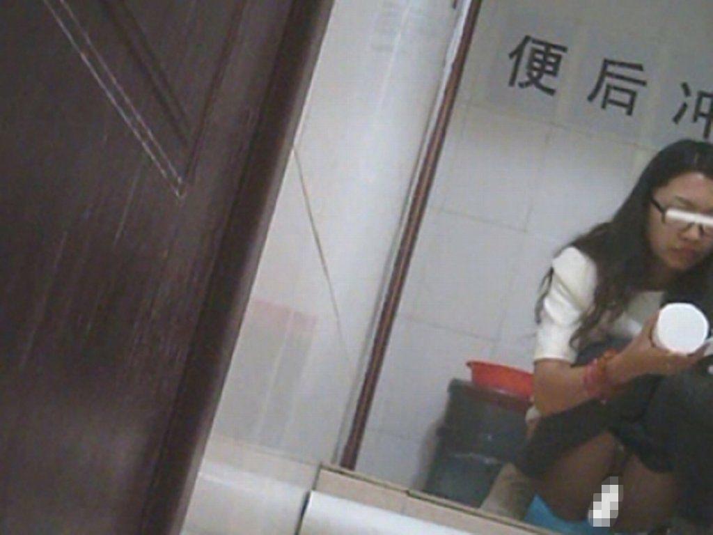 【盗撮】中国人女子さん、トイレの欠点を利用されガッツリ撮られる。。(36枚)・22枚目