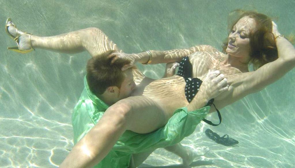 【エロ画像】この時期になったらプールの水中で行われているエロ行為・24枚目
