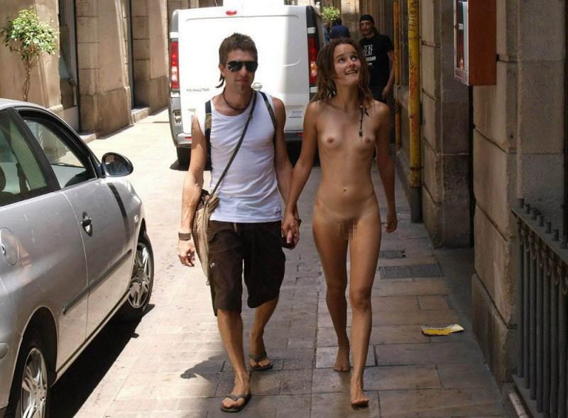 【全裸エロ】観光地で「すっぽんぽん」になるマジキチまんさんのエロ画像38枚・24枚目