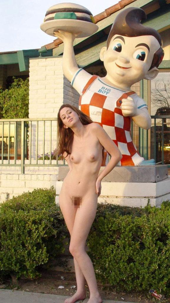 【全裸エロ】観光地で「すっぽんぽん」になるマジキチまんさんのエロ画像38枚・25枚目