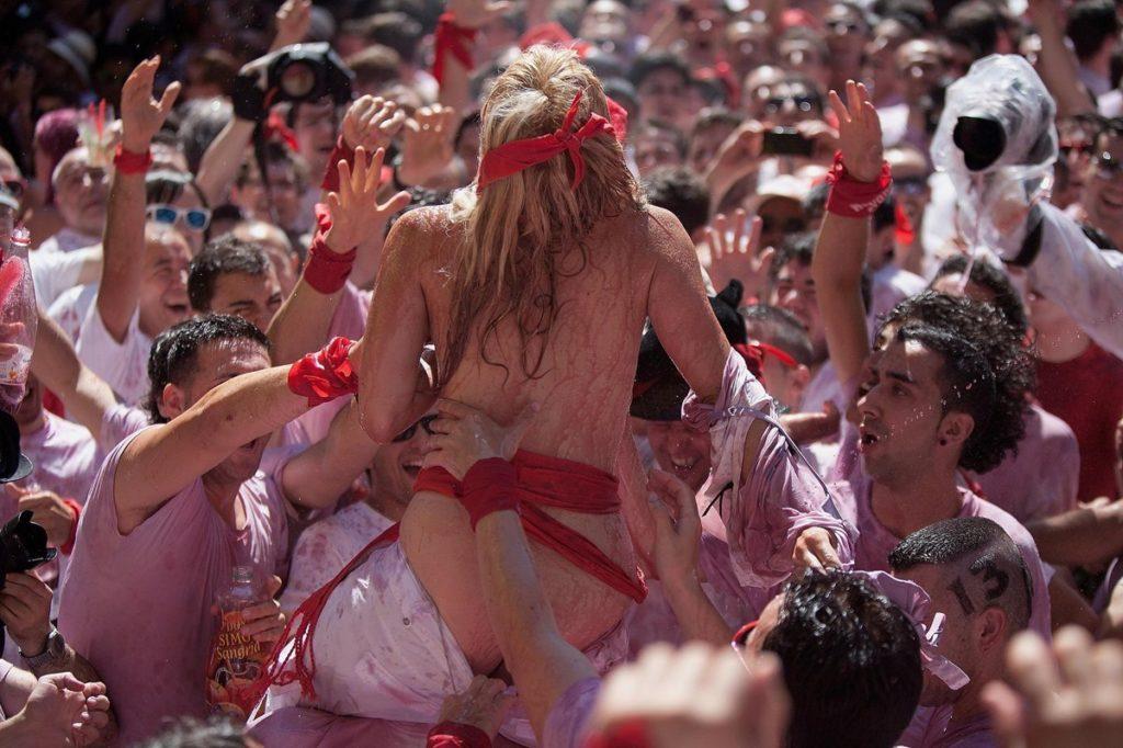 """ガチで""""おっぱい""""揉み放題のスペインのサン・フェルミン祭とかいうイベントwwwww(画像あり)・25枚目"""
