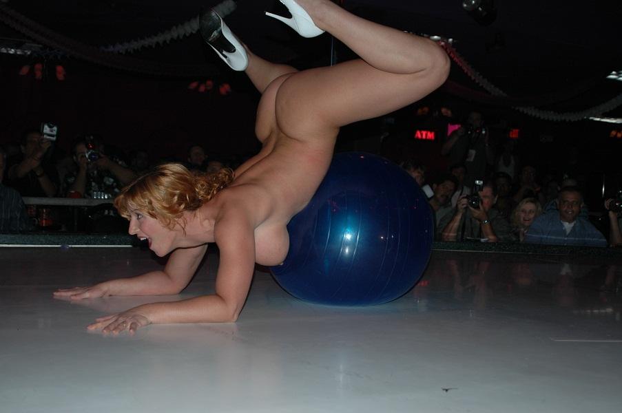 【ストリップ】ステージで全裸の女を撮影するカメラ小僧を撮影した画像まとめwwwww・26枚目