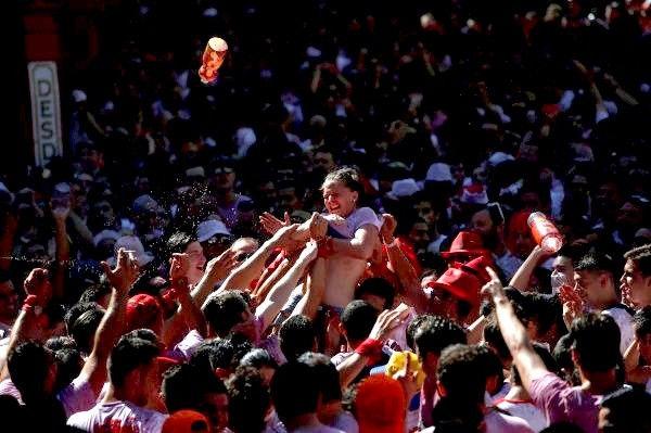 """ガチで""""おっぱい""""揉み放題のスペインのサン・フェルミン祭とかいうイベントwwwww(画像あり)・26枚目"""