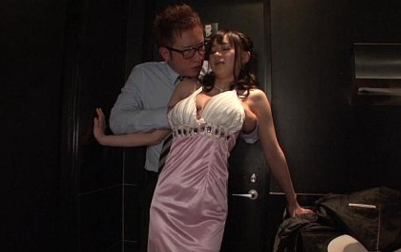 【エロ画像】お触りNGのキャバ嬢がガチのセクハラをされた結果。これ警察沙汰wwww・26枚目
