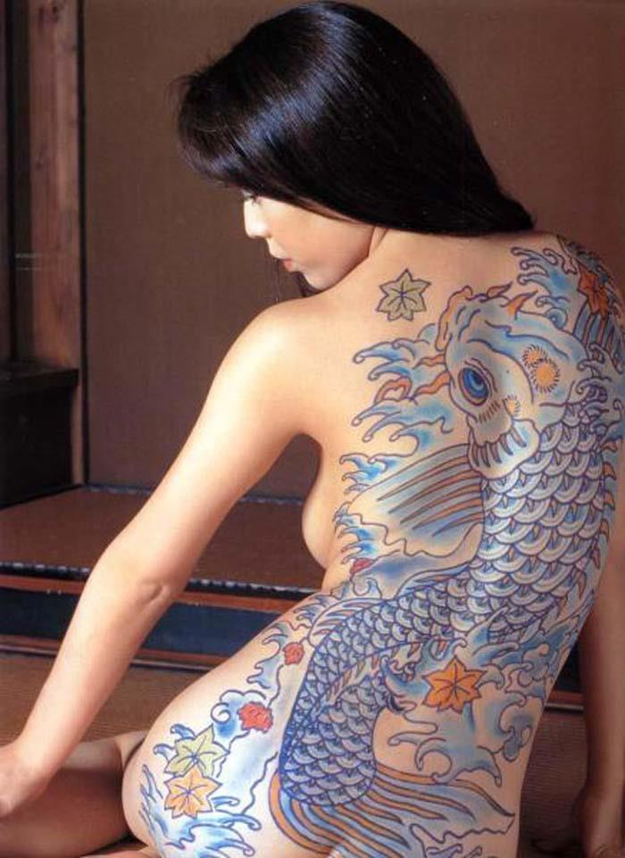 【エロ画像】ヤクザの女?ガッツリ和彫りが入った全裸まんさんをご覧くださいwwwwww・26枚目
