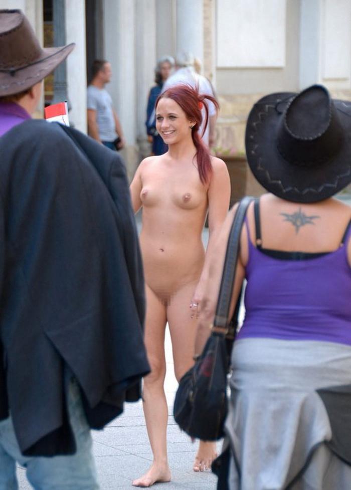 【全裸】街中で撮影されたガチの露出狂女をご覧ください。。本気やんwwwwww・26枚目
