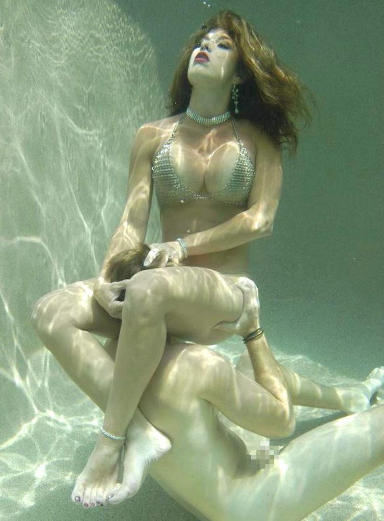 【エロ画像】この時期になったらプールの水中で行われているエロ行為・26枚目