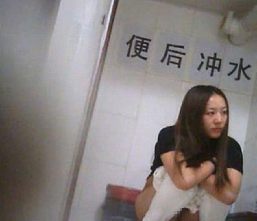 【盗撮】中国人女子さん、トイレの欠点を利用されガッツリ撮られる。。(36枚)・26枚目