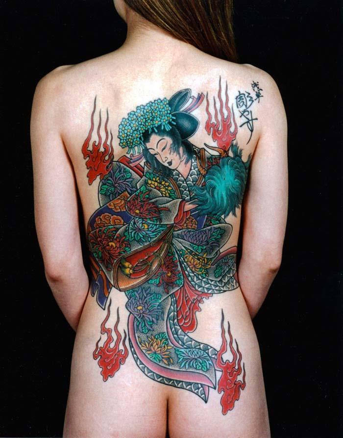 【エロ画像】ヤクザの女?ガッツリ和彫りが入った全裸まんさんをご覧くださいwwwwww・27枚目