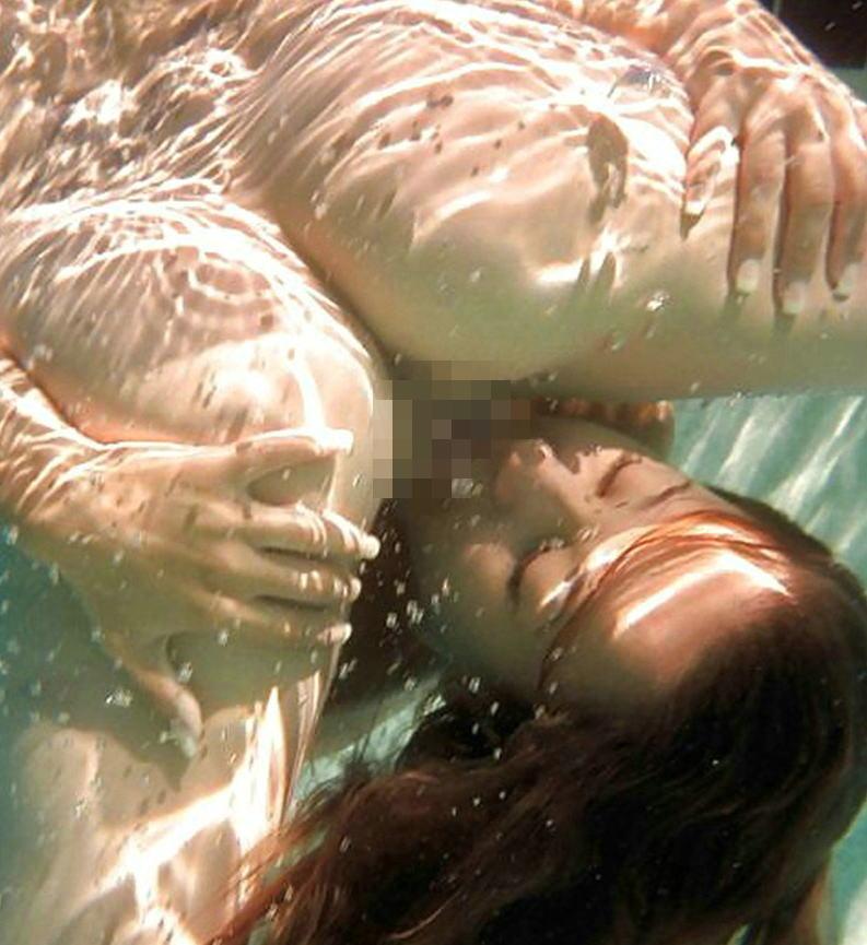 【エロ画像】この時期になったらプールの水中で行われているエロ行為・27枚目
