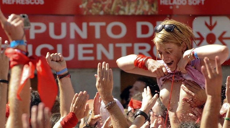 """ガチで""""おっぱい""""揉み放題のスペインのサン・フェルミン祭とかいうイベントwwwww(画像あり)・28枚目"""