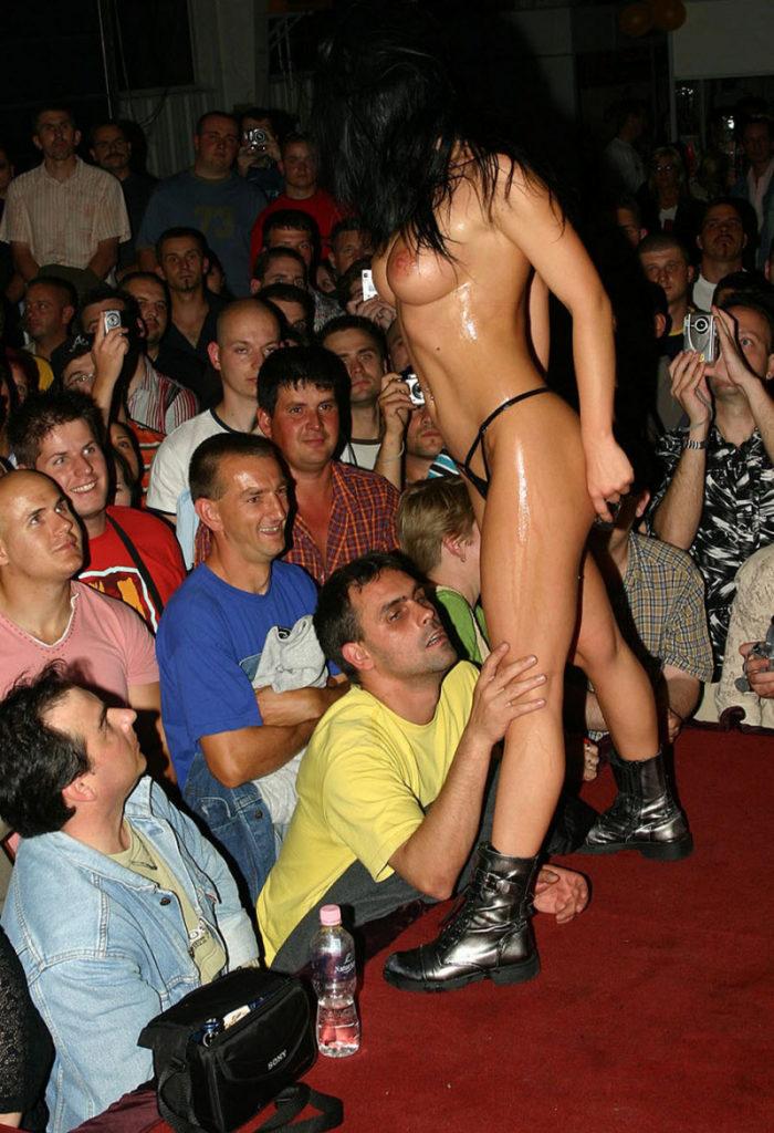 【ストリップ】ステージで全裸の女を撮影するカメラ小僧を撮影した画像まとめwwwww・29枚目