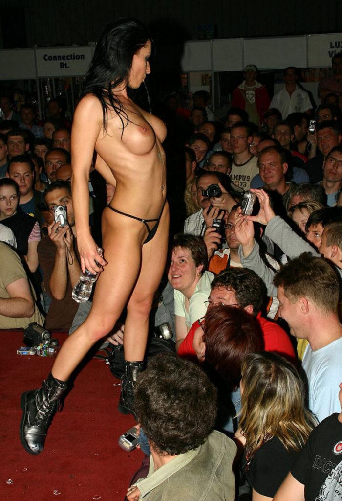 【ストリップ】ステージで全裸の女を撮影するカメラ小僧を撮影した画像まとめwwwww・3枚目