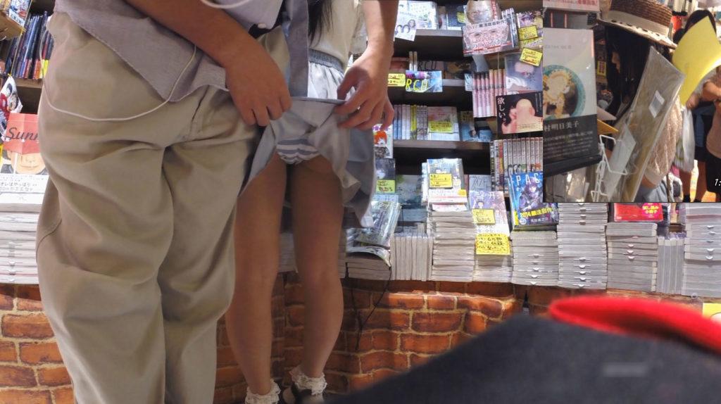 【エロ画像】小学校の頃を思い出す「スカート捲り」今じゃ犯罪wwwwwww・3枚目