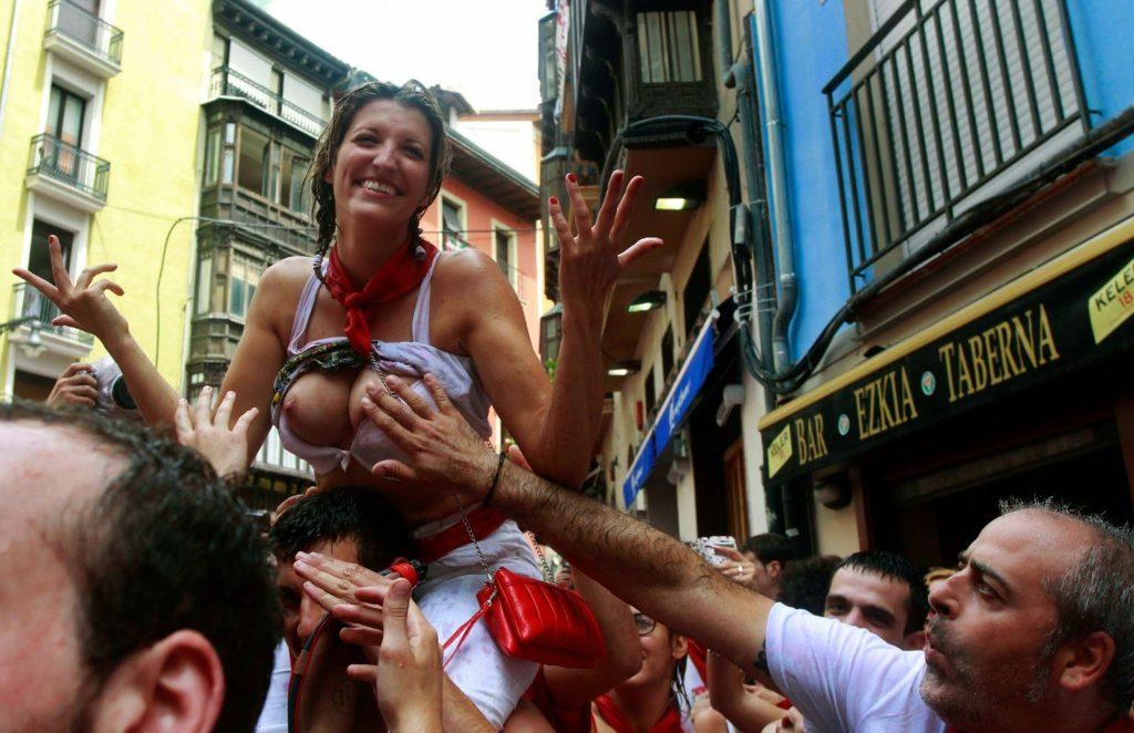 """ガチで""""おっぱい""""揉み放題のスペインのサン・フェルミン祭とかいうイベントwwwww(画像あり)・3枚目"""