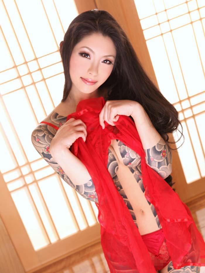 【エロ画像】ヤクザの女?ガッツリ和彫りが入った全裸まんさんをご覧くださいwwwwww・3枚目